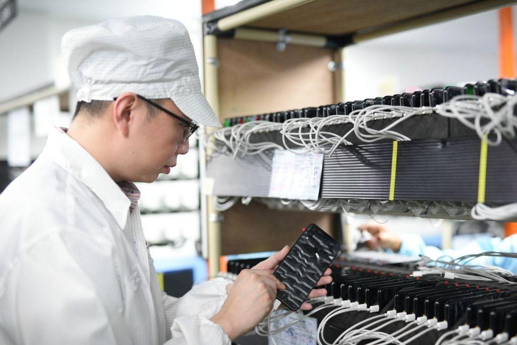 Steven Shi, Country Head Xiaomi Indonesia, melakukan inspeksi terhadap proses perakitan berbagai produk Xiaomi di PT. Sat Nusapersada. Foto: Xiaomi