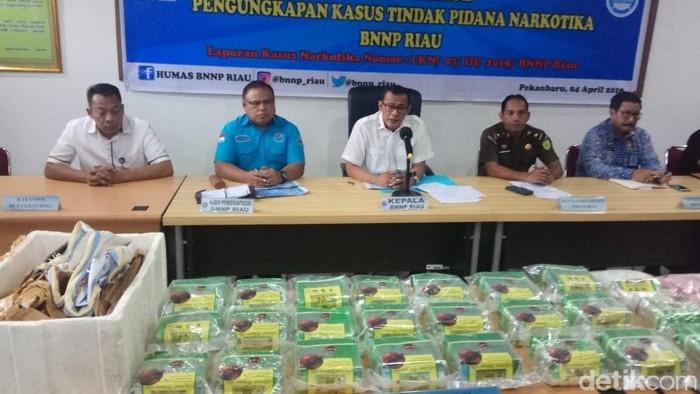 BNN Riau gagalkan penyelundupan 24 kg sabu dan 13 ribu butir ekstasi dari Malaysia. Tiga orang pelaku ditangkap (Foto: Chaidir Anwar Tanjung/detikcom)
