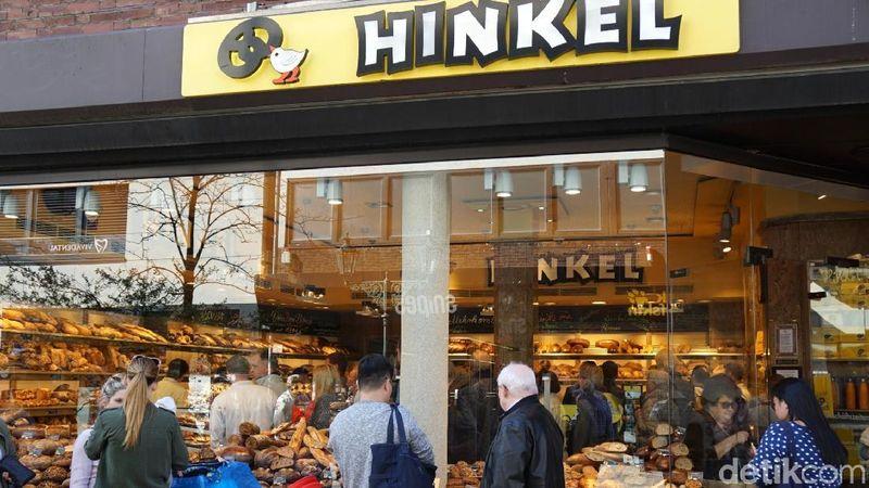Hinkel adalah toko roti paling terkenal di Kota Dusseldorf, Jerman. Toko roti ini sudah ada sejak tahun 1891. Warga rela antre di toko ini hanya demi sepotong roti (Wahyu/detikcom)