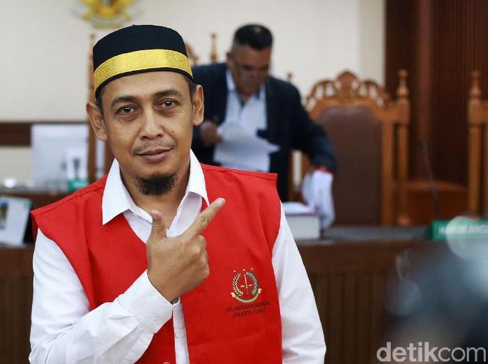 Terdakwa perkara hoax 7 kontainer surat suara tercoblos, Bagus Bawana Putra, menjalani sidang di PN Jakpus. Sebelum sidang dimulai ia mengacungkan salam dua jari.