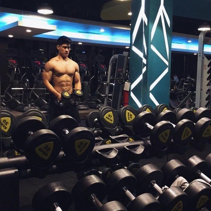 Meski juga melakukan weight lifting, ia tidak mengangkat beban yang terlalu berat saat berusia muda. (Foto: Instagram/iamenriquedustin, ditampilkan atas izin orang yang bersangkutan.)
