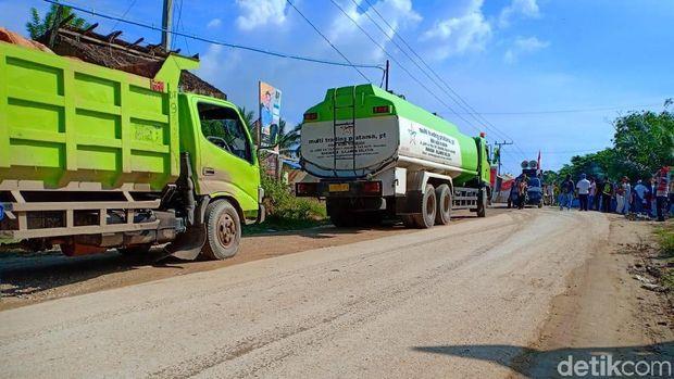 Sejumlah truk tertahan karena akses ke lokasi tambang diblokade warga