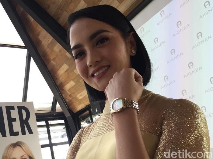 Aktris Ririn Ekawati memeragakan jam tangan terbaru Aigner. (Foto: Daniel Ngantung/Wolipop)