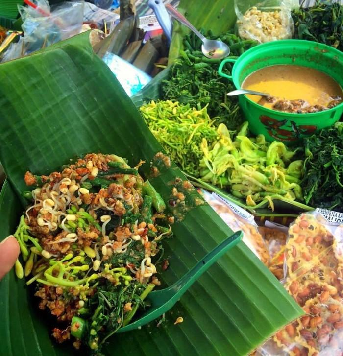 Umumnya pecel pincuk disajikan di wadah daun pisang, pincuk. Dijajakan di pasar tradisional dan warung makan. Sayuran bisa dipilih sesuai selera. Foto: Instagram @dhorichudhori