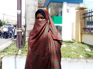 Uniknya Gaya Hijab Cadar Khas Dompu, NTB, Pakai Sarung Sekujur Tubuh