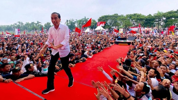 Jokowi basah kuyup oleh hujan saat berada di Tegal Jawa Tengah (Foto: Agus Suparto)