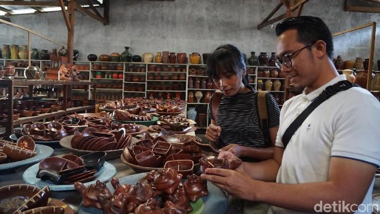 Pemenang vitaminSea melihat proses pembuatan gerabah (Syanti Mustika/detikcom)