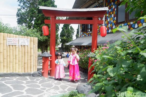 Juga ada penyewan baju unuk berfoto. Harga sewa baju Jepang atau baju Belanda Rp 20 ribu. Sedangkan untuk baju princes Rp 15 ribu. (Uje Hartono/detikcom)