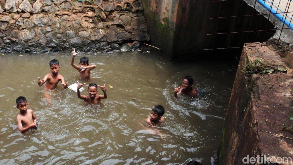 Bermain di Kali Kotor, Anak-anak Tetap Enjoy