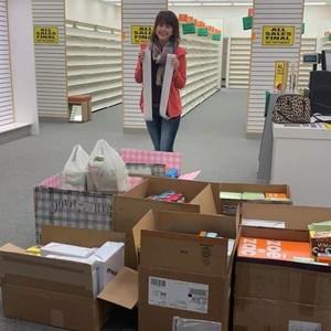 Baik Hati, Wanita Borong Ratusan Sepatu untuk Didonasikan Pada Korban Banjir