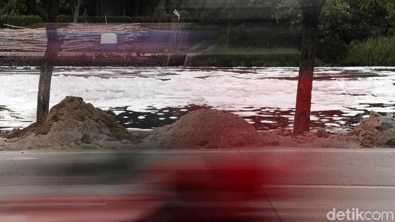 Polisi Selidiki Busa di Kali Ancol yang Diduga Kandung Limbah Berbahaya