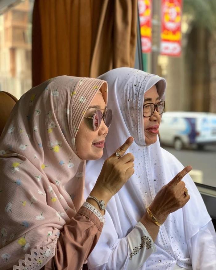 Nama Titik Ritawati memang tak terlalu populer, tapi ia adalah adik bungsu Presiden Jokowi. Wanita berhijab ini selalu tampil sederhana, termasuk ketika wisata kulineran. Foto: instagram @titikritawati