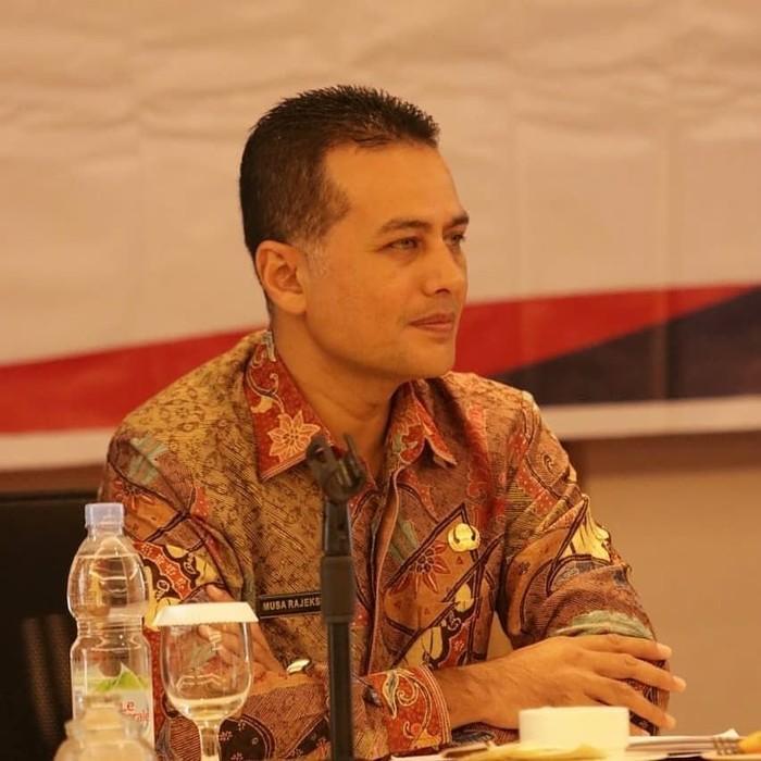 Drs. H. Musa Rajekshah, M.Hum., menjadi wakil dari Gubernur Sumut Edy Rahmayadi. Ijeck dikenal sebagai sosok ramah yang sering berbaur dengan warga saat kulineran. Foto: instagram @ijeck09