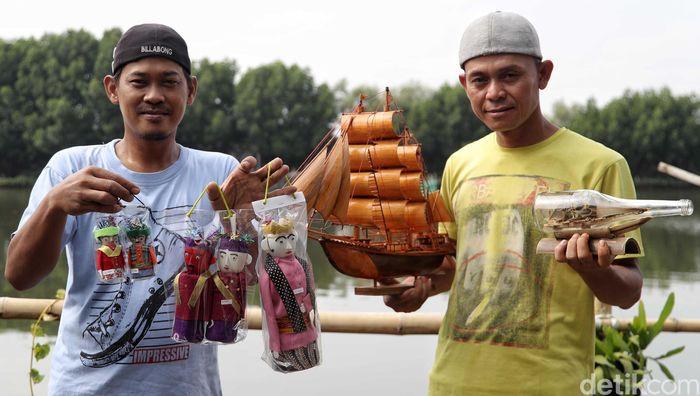 Safei dan Sudirman menunjukan beragam karyanya di kawasan Kampung Marunda Pulo, Jakarta Utara, Jumat (5/4).