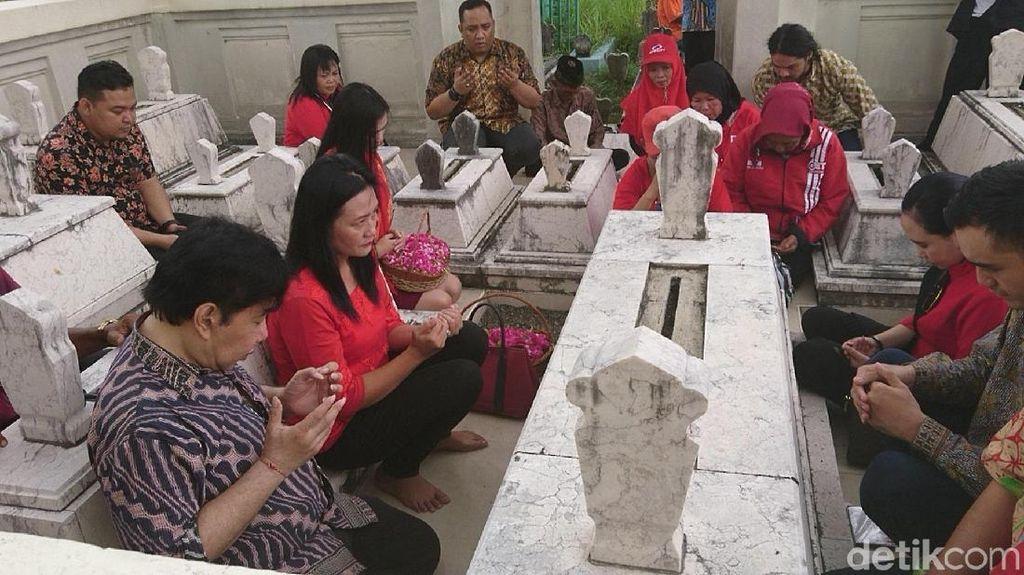 Guruh Kunjungi Makam Pengasuh Bung Karno di Tulungagung