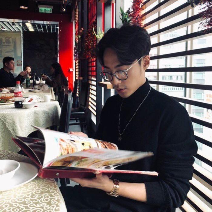 Penyanyi Roy Kim tengah menjadi sorotan, setelah ia terbukti menjadi bagian dari anggota percakapan atau chatroom, yang membagikan video dewasa secara ilegal. Sebelumnya, Roy terbilang aktif mengunggah kesehariannya di akun Instagram miliknya. Foto: Instagram @roykimmusic
