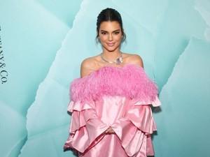 Pakai Baju Mirip Kaleng Minuman, Kendall Jenner Dikira Promosikan Coca-Cola