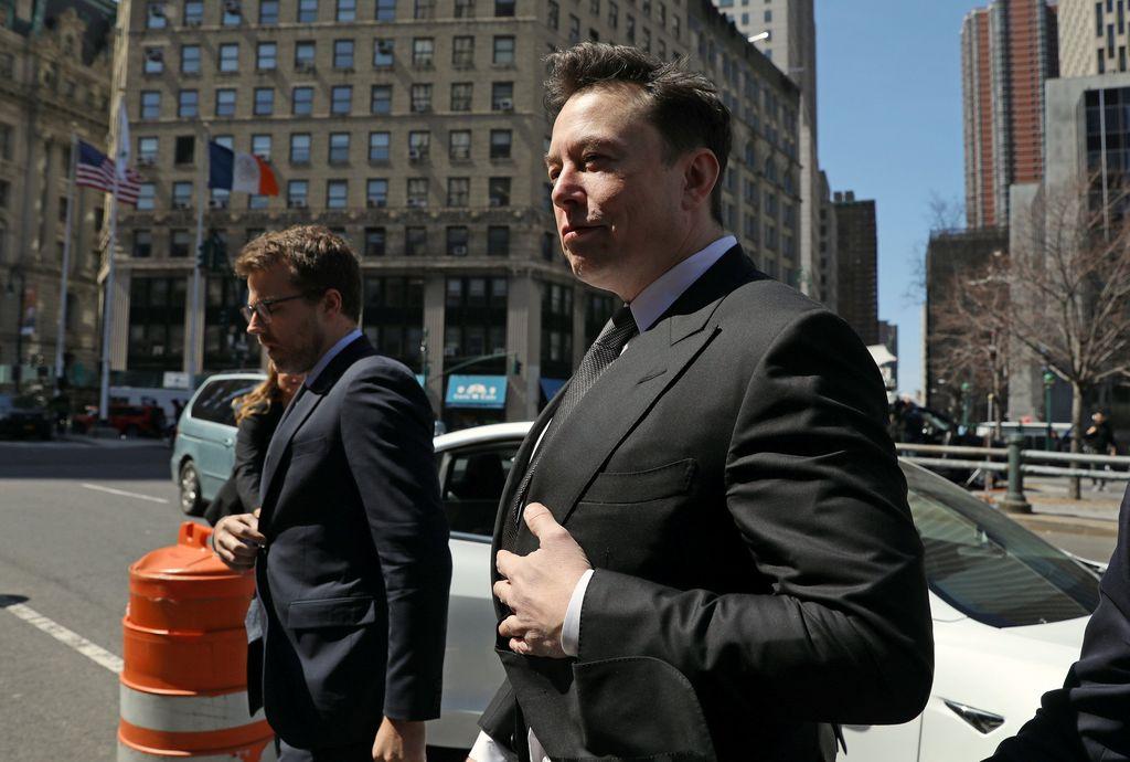 Elon Musk harus menghadapi persidangan di pengadilan federal Manhattan, New York, terkait tweet-nya yang kembali dipermasalahkan oleh lembaga Securities and Exchange Commission (SEC). Tampak CEO Tesla ini mendatangi ruang pengadilan. Foto: Reuters