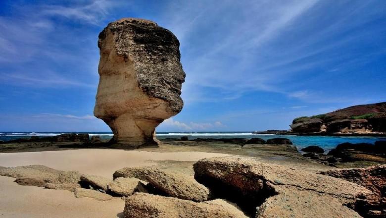 Batu Payung Lombok sebelum patah (dok. Pemda Lombok Tengah)