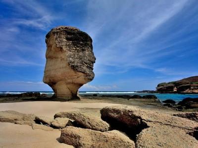 Batu Payung Runtuh, Pemda Lombok Tengah Rencanakan Pemugaran