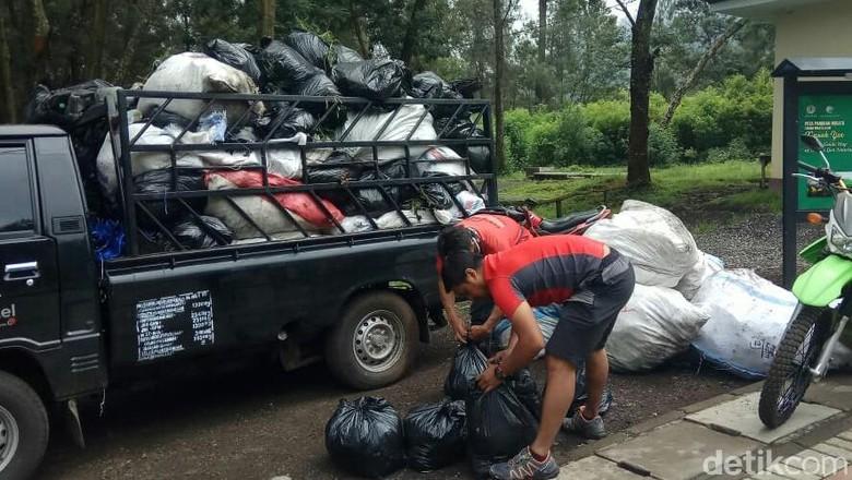 Ilustrasi kegiatan bersih sampah di Ijen (Ardian Fanani/detikcom)
