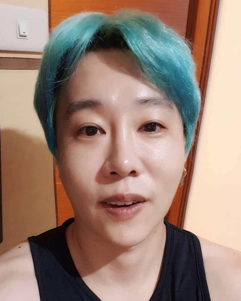 Pria dengan nama asli Hwang Woo Joon ini mengaku tertarik masuk Islam karena merasa tenang dan bahagia usai mendengar shalawat. Ia yang dilahirkan dari orang tua beragama Budha lalu putuskan masuk Islam beberapa waktu lalu. Foto: Instagram hwangwoojoong