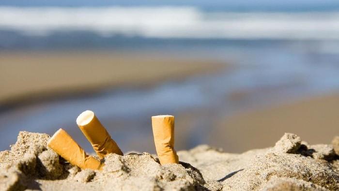 Ilustrasi Puntung Rokok di Pantai