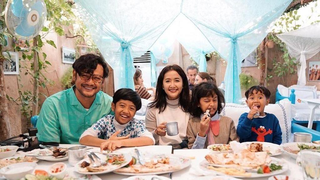 Gaya Seru Kulineran Dru, Widuri, dan Den Bagus dari Keluarga Sasono