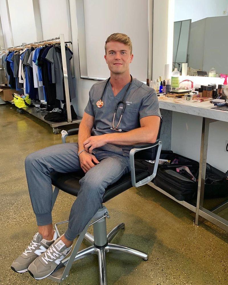 Jake Grez sangat terkenal di instagram. Perawat dari Southern California ini suka pamer kegiatan travelingnya. (jakegrez/Instagram)