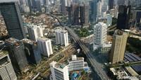 Gedung-gedung bertingkat berdiri menjulang di antara permukiman warga di kawasan Jakarta Pusat.