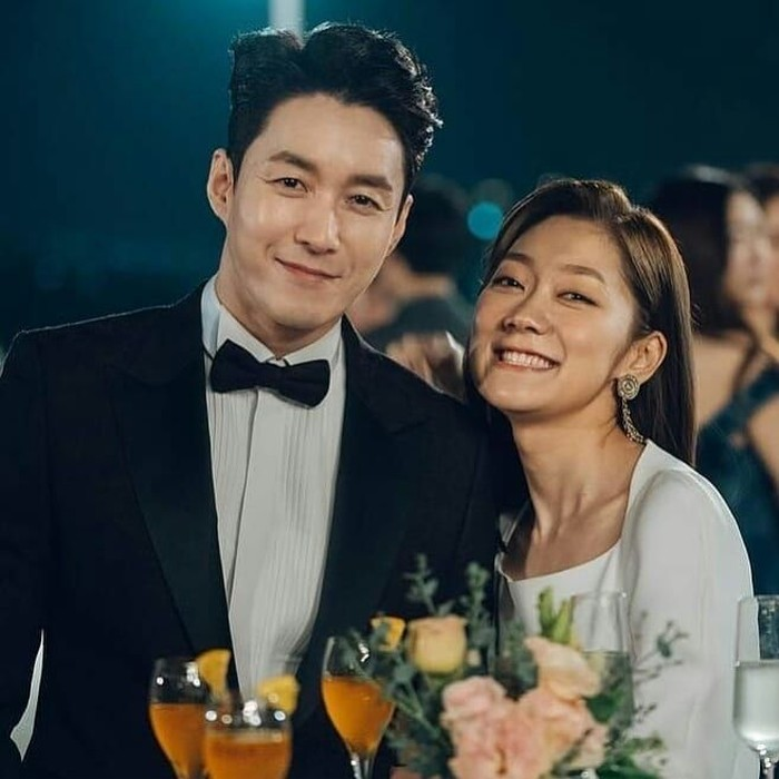 Peran kocak Sim Hyun Tak sukses jadi sorotan. Aktor berbadan tegap itu berperan sebagai seorang jaksa yang amat manja terhadap ibunya. Foto: Instagram tak9988