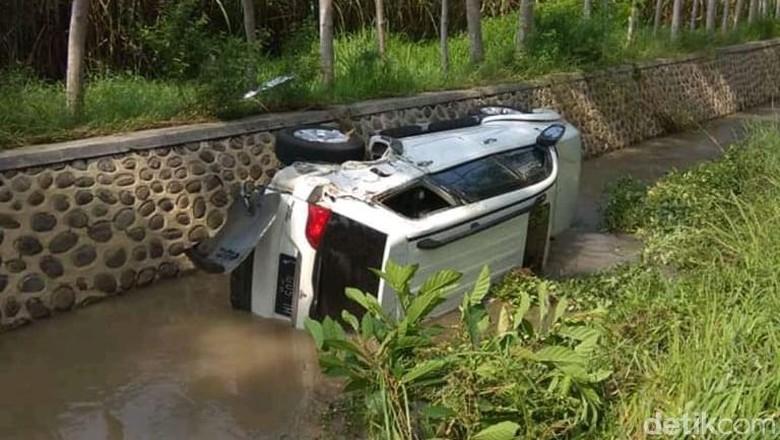 Tabrak Motor Lalu Hantam Pohon, SUV Terjun Masuk Sungai