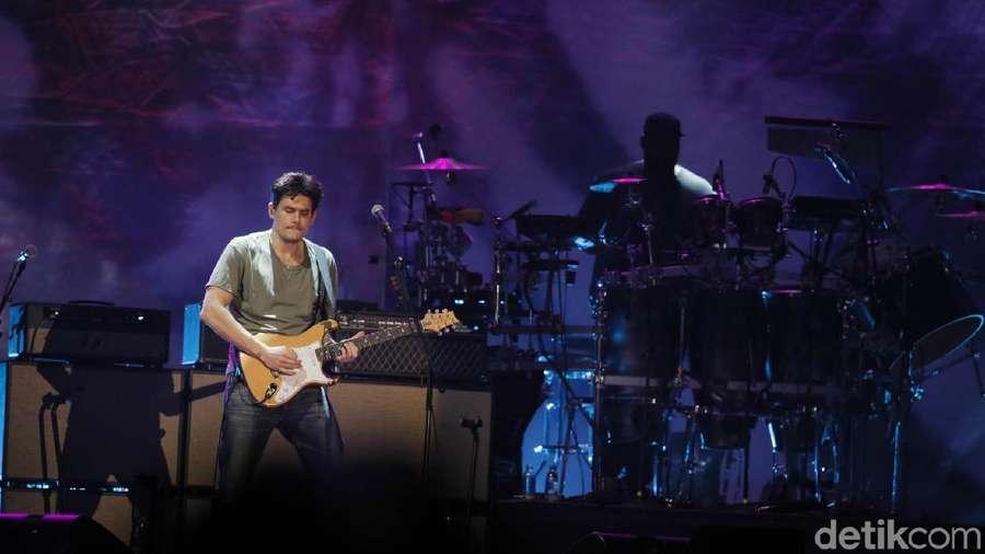 Aksi John Mayer Bius Para Penggemarnya di Jakarta