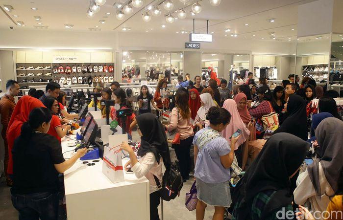 Trans Studio Mall (TSM) Cibubur resmi dibuka hari ini, Jumat (5/4/2019). Warga pun antusias untuk mengunjungi tempat hiburan baru di timur Jakarta tersebut.