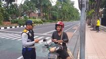 Sejumlah Biker di Surabaya Terciduk Sedang Merokok Saat Berkendara
