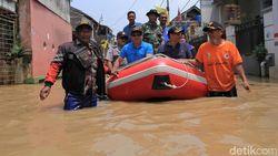 Ridwan Kamil Tinjau Banjir Dayeuhkolot Naik Perahu Karet