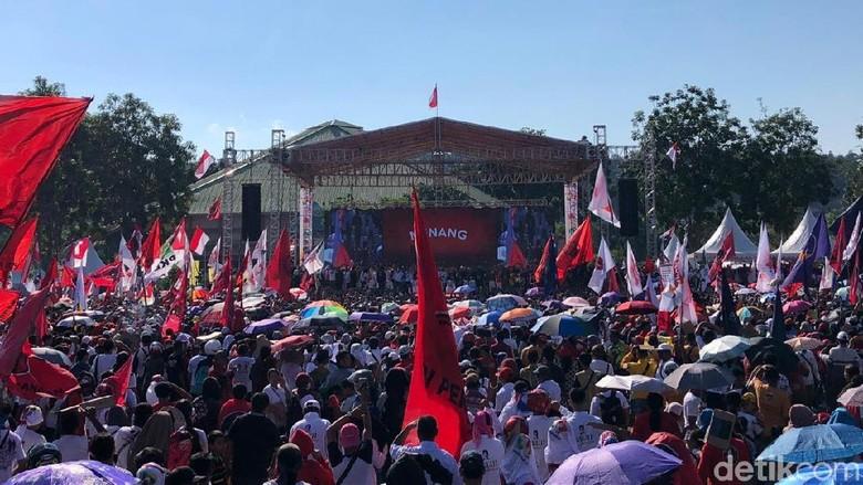 Sambut Jokowi Kampanye di Batam, Pendukung Membeludak di Jalan