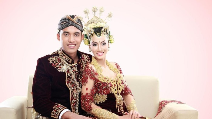 traditional java wedding couple husband and wife hold each other