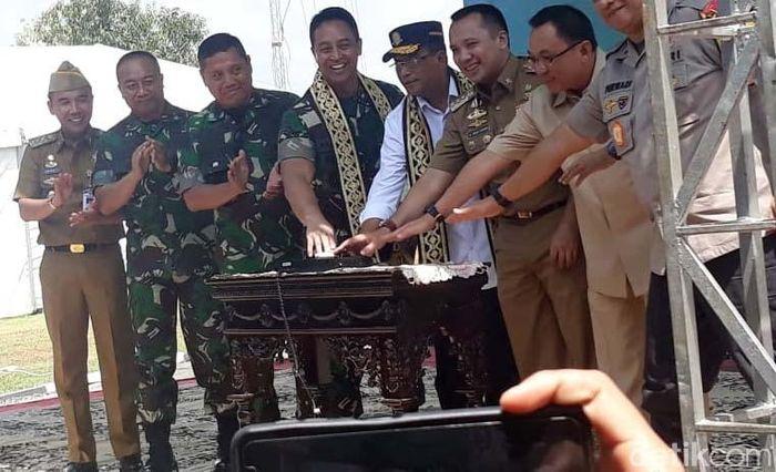 Peresmian Bandara Gatot Subroto Way Kanan sendiri ditandai dengan penekanan sirine yang dilakukan oleh Budi. Didampingi pula oleh KSAD Andika Perkasa, Gubernur Lampung Muhammad Ridho Ficardo, Wakil Ketua Komisi XI Marwan Cik Hasan, Bupati Way Kanan dan pejabat penting lainnya.