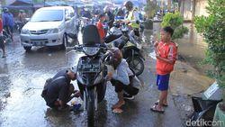 Sempat Terputus Banjir, Jalan Dayeuhkolot-Banjaran Bisa Dilintasi