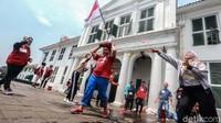 Para siswa dari berbagai sekolah di Jakarta melakukan permainan edukasi Amazing Race di kawasan Kota Tua Jakarta, Sabtu (6/4/2019).