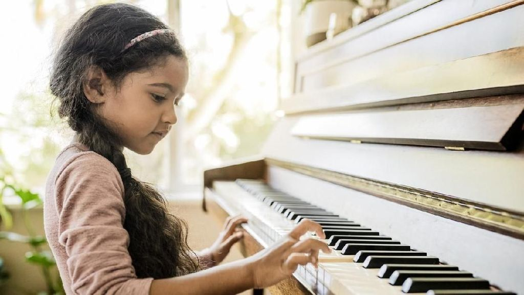 Anti Mainstream! Aksi 88 Murid Bermain Dalam Sebuah Piano