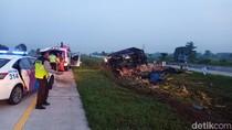 Truk Muat Jeruk Tabrak Median Jalan Tol Gempas, Sopir Tewas di Lokasi