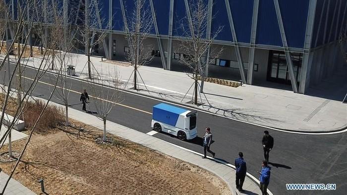China semakin maju dengan teknologinya. Sebuah kendaraan pengiriman ekspres tanpa awak tampak mondar-mandir di Wilayah Baru Xiongan, Provinsi Hebei China utara.
