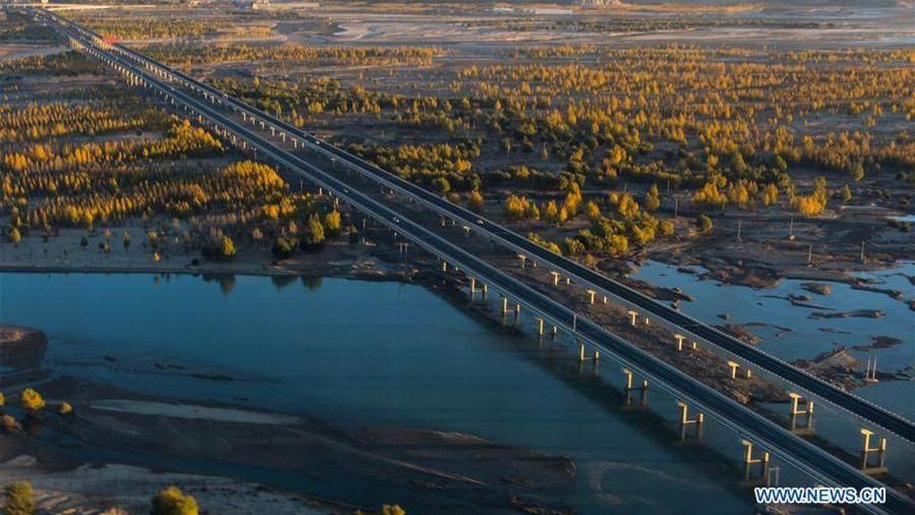 China Bangun Jalan Lintasi Gurun, Gunung hingga Laut