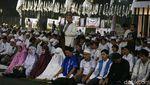 Penampakan Saf Salat Campur di Kampanye Prabowo yang Ramai di Medsos