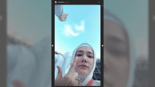 Mulan Jameela berpose salam dua jari di kampanye akbar Prabowo-Sandi.