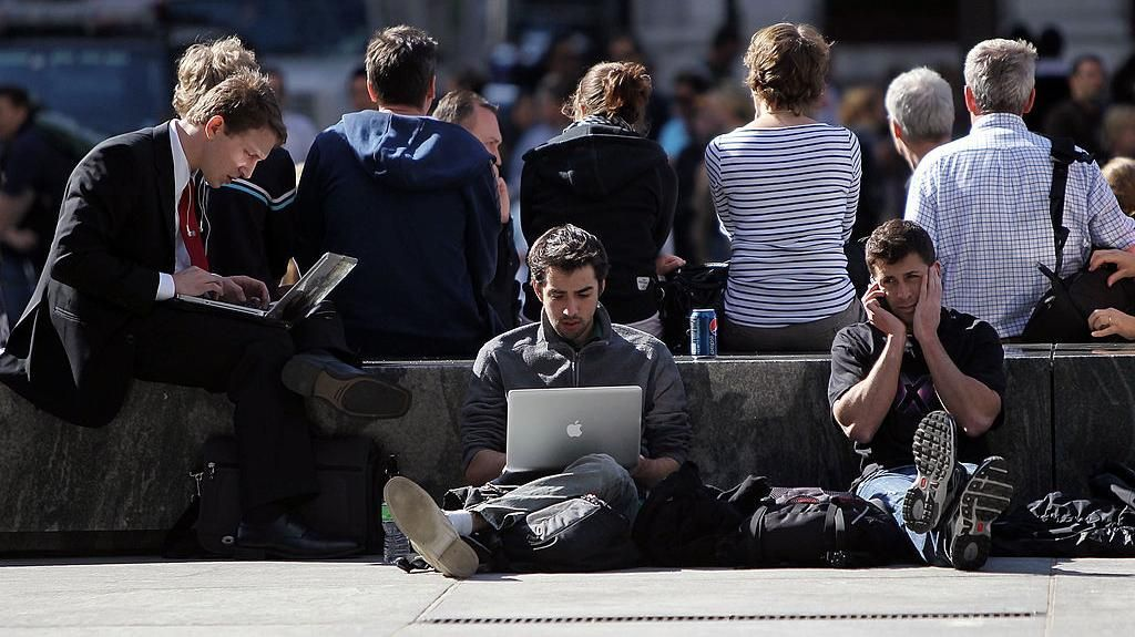 Lokasi Apple store di Fifth Avenue, Manhattan sudah mulai ramai orang pada 2 April 2010 alias sehari sebelum iPad mulai dijual. (Foto: Mario Tama/Getty Images)