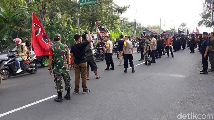 Suasana saat ricuh di Jalan Wates, kemarin. Foto: Pradito Rida Pertana/detikcom