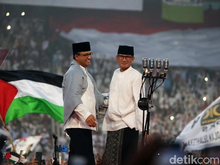 Cawapres Sandiaga Uno dan Gubernur DKI Jakarta Anies Baswedan berpelukan di kampanye akbar yang digelar di Stadion GBK, Jakarta, Minggu (7/4/2019). Mantan partner di DKI Jakarta itu berpelukan di atas panggung kampanye akbar.